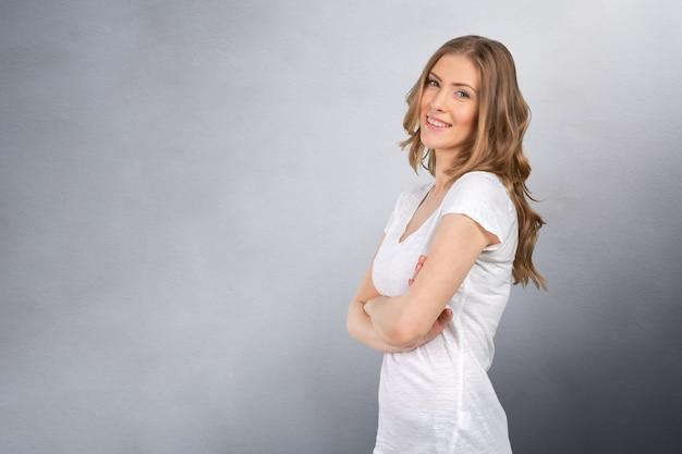 Porträt der attraktiven kaukasischen lächelnden frau