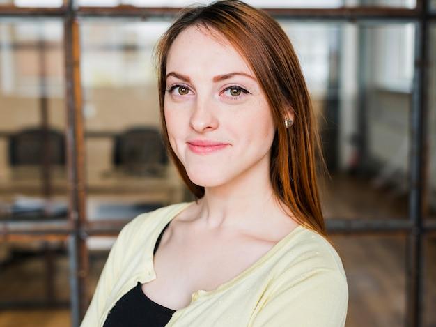 Porträt der attraktiven lächelnden frau im büro