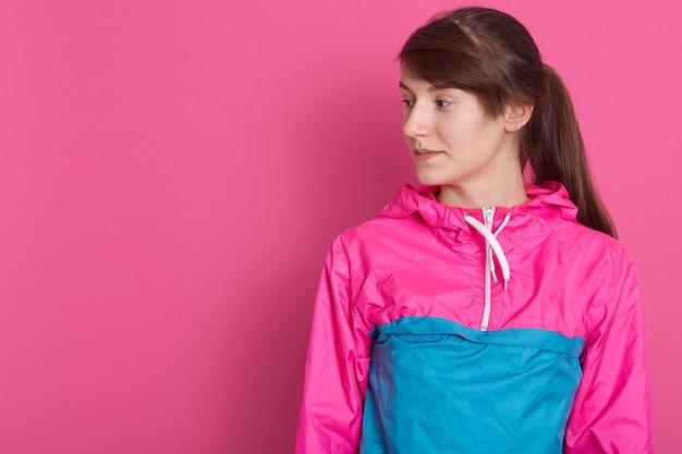 Porträt der attraktiven sportlichen frau im sportlichen hemd