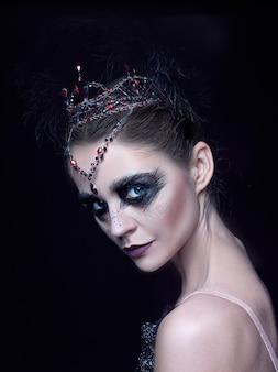 Porträt der ballerina als schwan auf schwarz