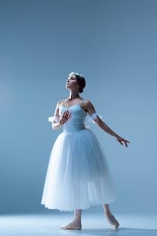 Porträt der ballerina auf blauer wand