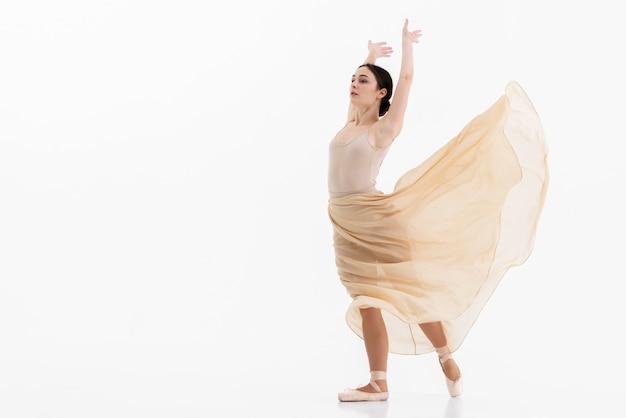 Porträt der ballerina, die klassischen tanz durchführt