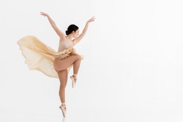Porträt der ballerina, die mit anmut tanzt