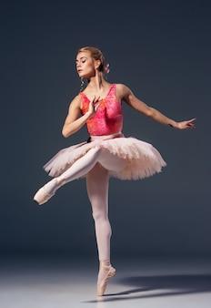 Porträt der ballerina in der balletthaltung