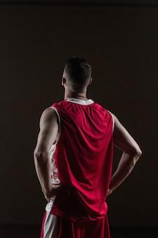 Porträt der basketballspielerfront die hintere aufstellung