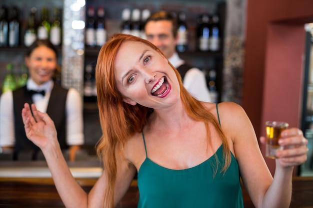 Porträt der betrunkenen frau mit tequila schoss das lachen vor zähler