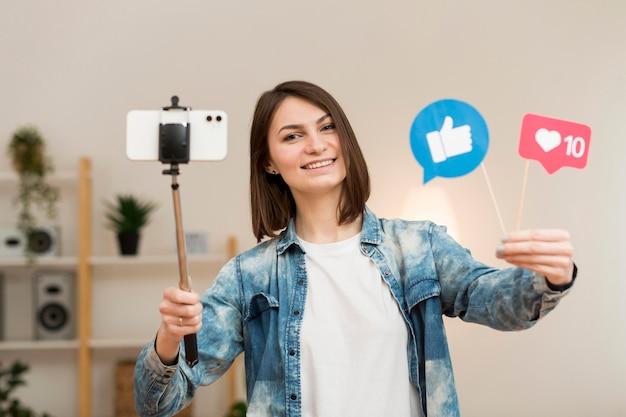 Porträt der bloggerin, die sich zu hause aufzeichnet