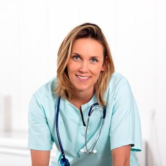 Porträt der blonden ärztin im krankenhaus