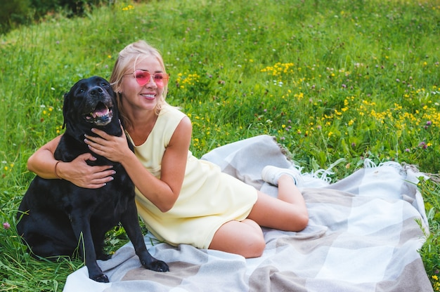 Porträt der blonden frau und des hundes