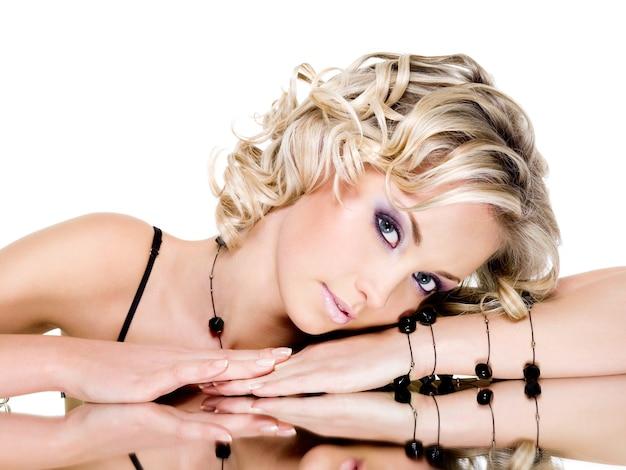 Porträt der blonden schönen frau mit spiegel