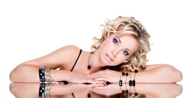 Porträt der blonden schönen frau mit zubehör auf ihrer hand