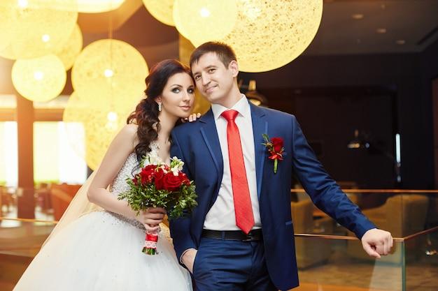 Porträt der braut und des bräutigams in der hochzeitshalle