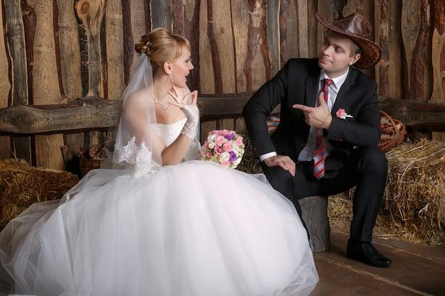 Porträt der braut und des bräutigams in einem cowboyhut