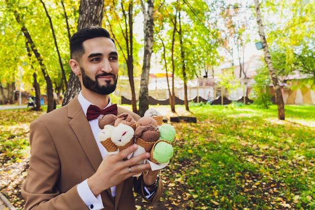 Porträt der braut und des bräutigams mit eis.