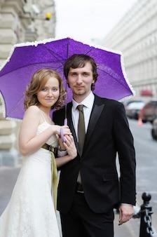 Porträt der braut und des bräutigams zusammen draußen