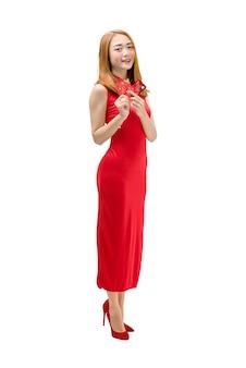 Porträt der chinesischen frau mit dem cheongsam kleid, das rote umschläge und kreditkarte hält