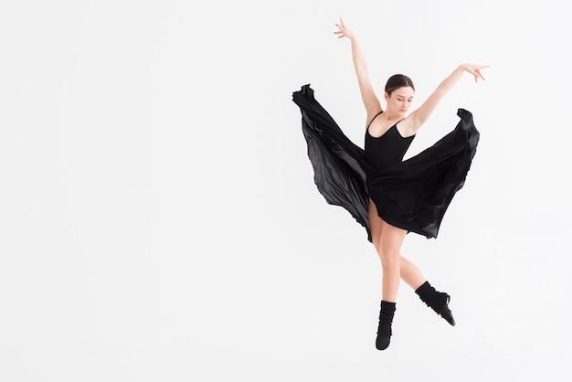 Porträt der eleganten frau, die mit anmut tanzt