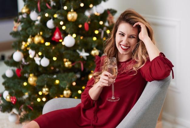 Porträt der eleganten frau mit champagner