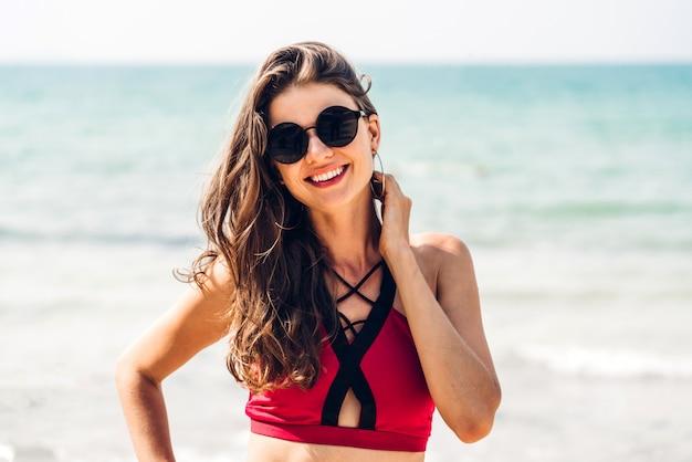 Porträt der entspannung der lächelnden frau im roten bikini
