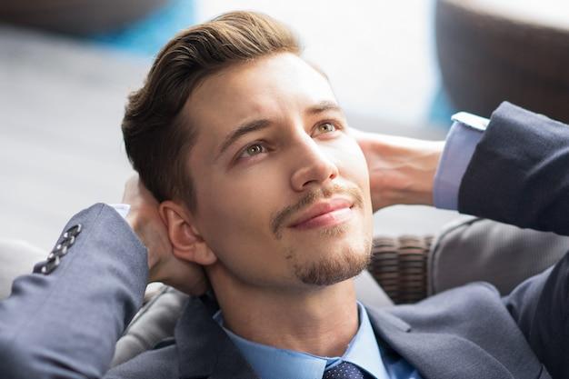 Porträt der erfolgreichen gut aussehender junger geschäftsmann