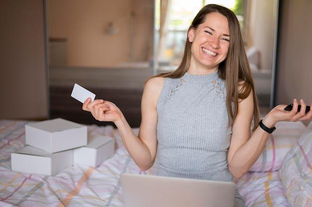 Porträt der erwachsenen frau, die nach dem online-kauf lächelt