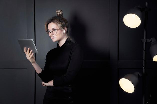 Porträt der erwachsenen geschäftsfrau, die eine tablette hält
