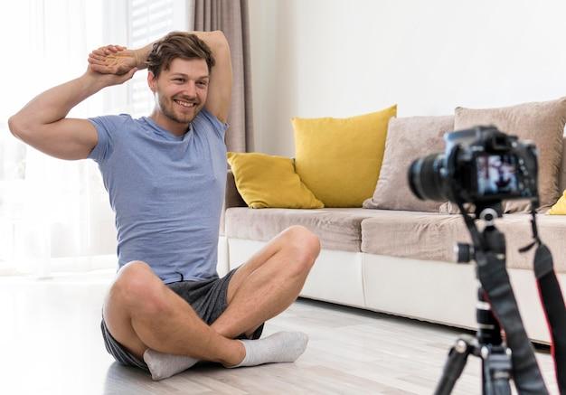 Porträt der erwachsenen männlichen ausbildung zu hause