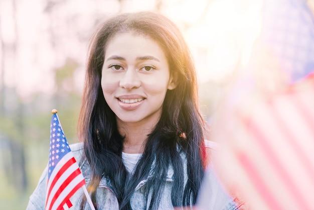 Porträt der ethnischen amerikanischen frau im sonnenschein