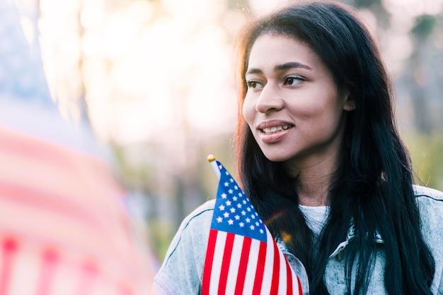 Porträt der ethnischen amerikanischen frau mit flagge