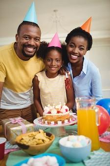 Porträt der familie, die einen geburtstag feiert