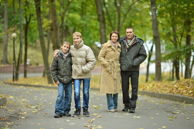 Porträt der familie, die im herbstpark sich entspannt