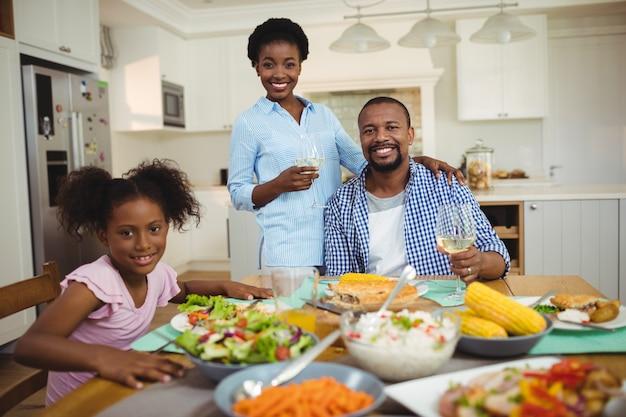 Porträt der familie, die mahlzeit am esstisch zu hause isst