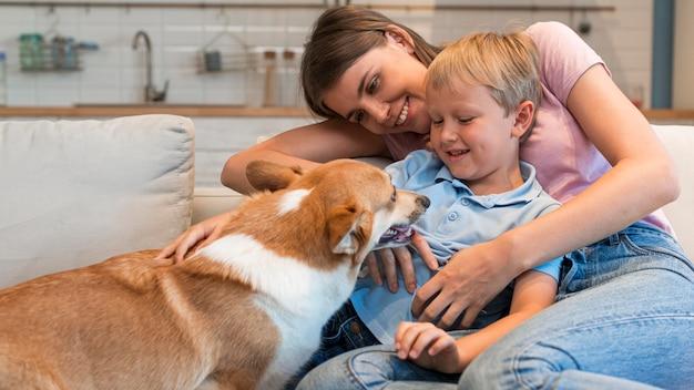 Porträt der familie, die mit niedlichem hund spielt