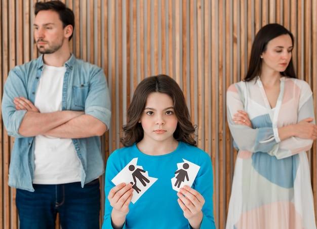 Porträt der familie mit dem aufbrechen des kindes