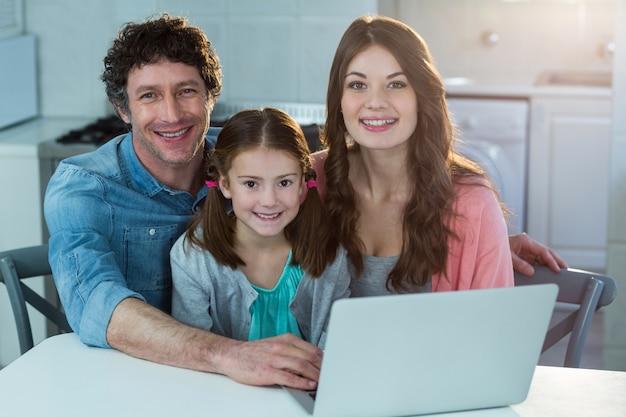 Porträt der familie mit laptop