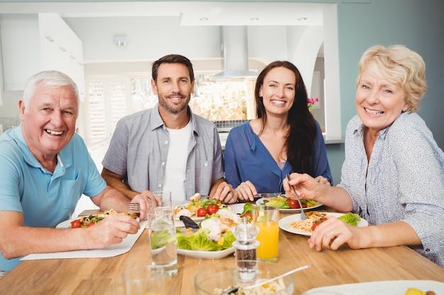 Porträt der familie sitzend an speisetische