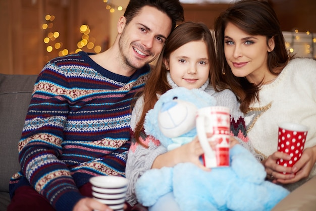 Porträt der familie während der winterferien