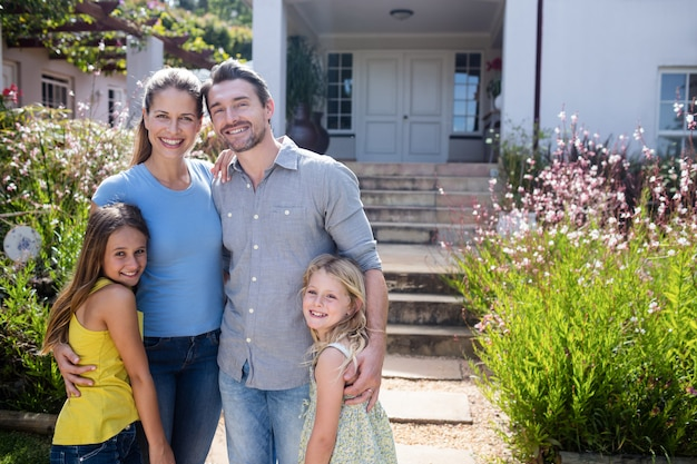 Porträt der familie zusammen stehend