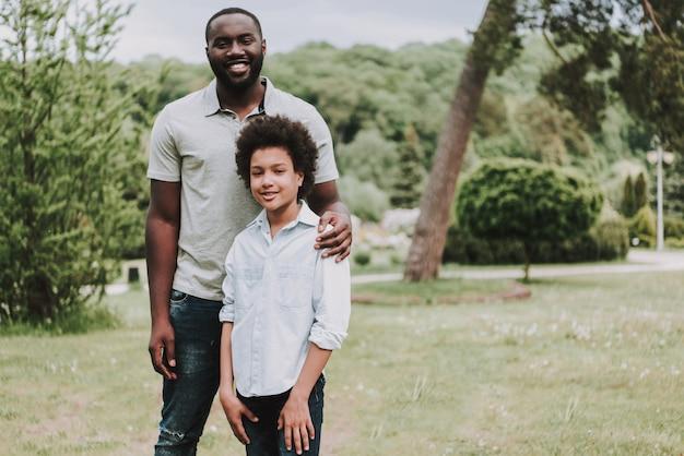 Porträt der familien-und vati-hand auf sohn-schulter