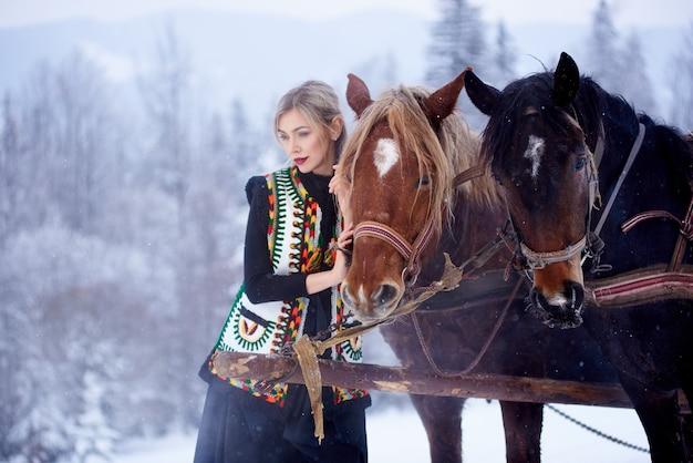Porträt der frau am wintertag auf schneebedecktem landschaftshintergrund