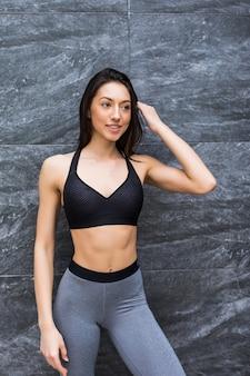 Porträt der frau der fitness-sport-frau in der sportbekleidung im freien