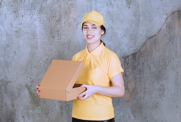 Porträt der frau des zustellers mit karton