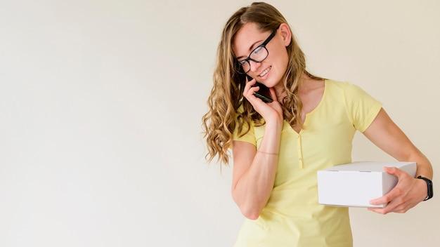 Porträt der frau, die am telefon spricht