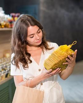 Porträt der frau, die bioprodukte einkauft