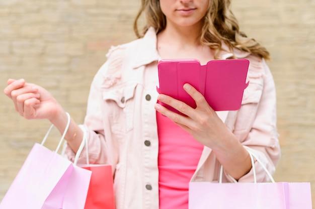 Porträt der frau, die einkaufstaschen hält