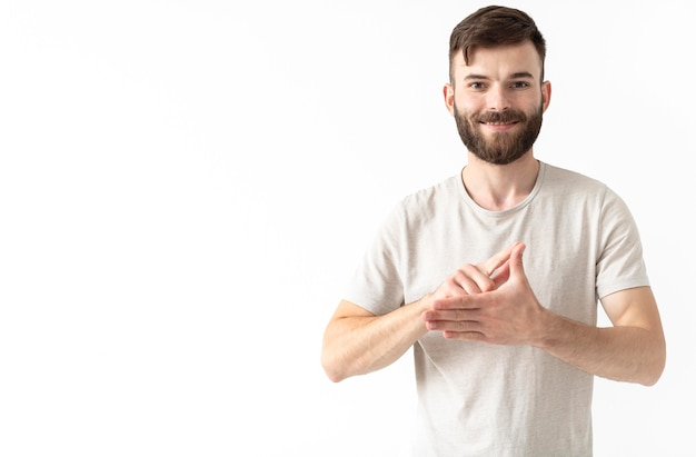 Porträt der frau, die gebärdensprache lehrt