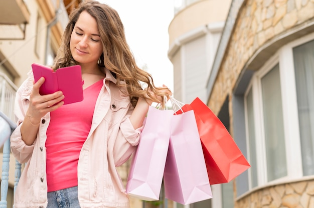 Porträt der frau, die gekaufte produkte trägt
