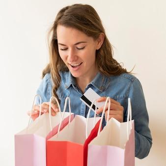 Porträt der frau, die glücklich ist, einkaufen zu erhalten