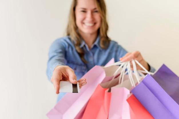 Porträt der frau, die glücklich ist, für ihren einkauf zu bezahlen