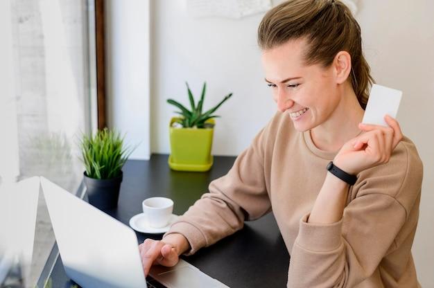 Porträt der frau, die glücklich ist, online einzukaufen